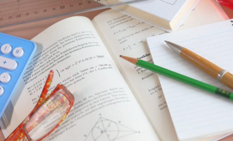 数式が書かれているテキストと文房具