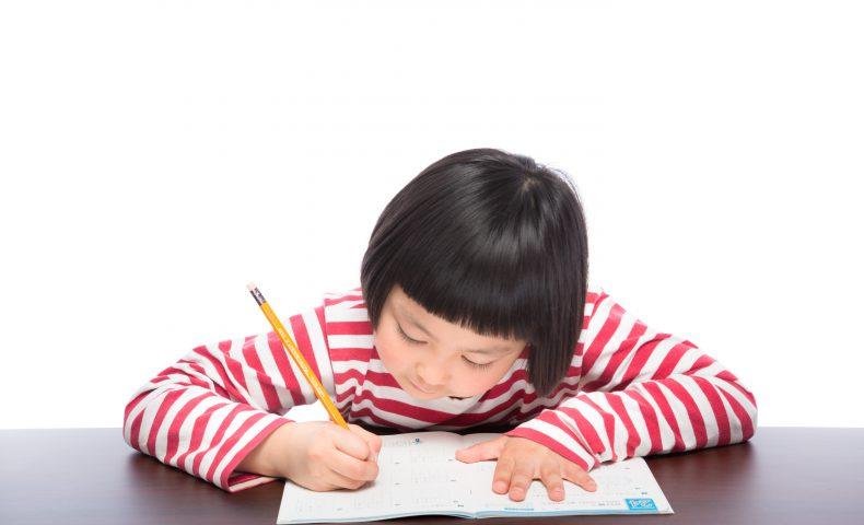 勉強中の小学生の女の子