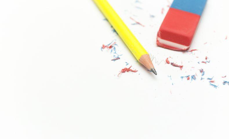 カラフルな消しゴムと黄色の鉛筆