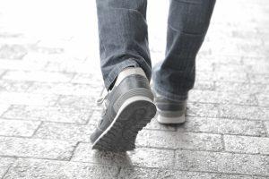 歩いている男性の足