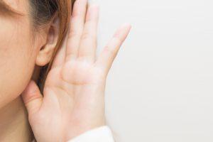 耳を澄ましている女性