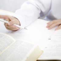 英語の勉強をしている学生