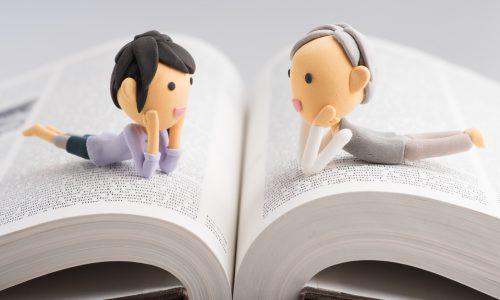 おしゃべりをしている2人の女性の人形