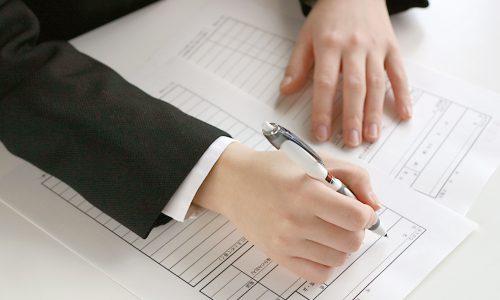 履歴書を書いている男性