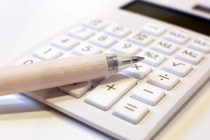 白い電卓とペン