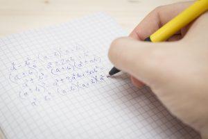 ペンでノートに数式を書く