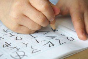 字の勉強をする小学生