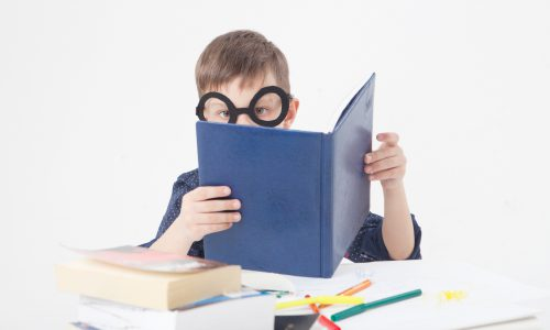 読書をする少年