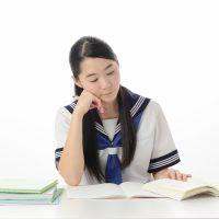 考え込んで学習している女子学生